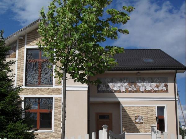 Дом с лилиями - отделка фасада керамикой
